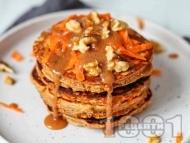 Веган овесени палачинки с моркови и карамелен сос с бадеми